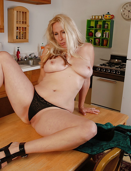 Hot housewife with a massive round meaty ass and saggy boobs has fun in the kitchen