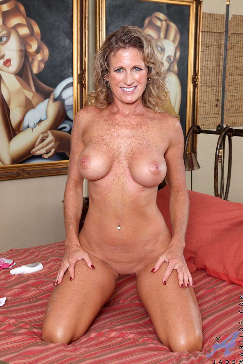 Tits milf nude big in bed