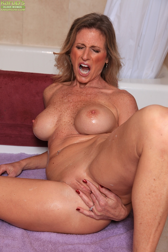 MILF Fingering Her Pussy In The Bath