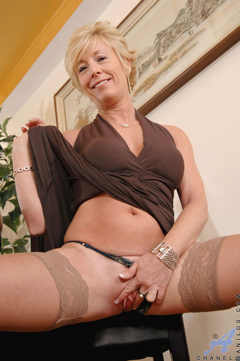 Milf hot strip black