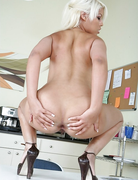 Foxy blonde bitch spreads her sexy legs and gets her wet muff eaten out wildly.