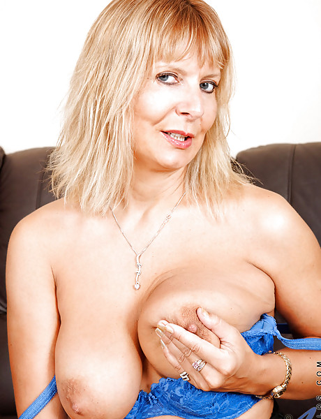 Horny blonde mature babe with big saggy boobs and a shaved pussy fingering her cunt