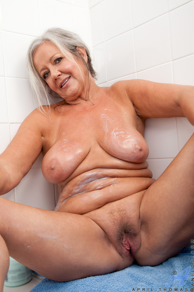 Fat Blonde Granny Takes Her Towel Off And Fingers Her -1033