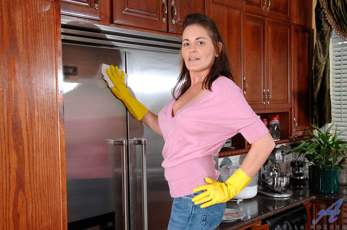 busty-housewife-cleaning