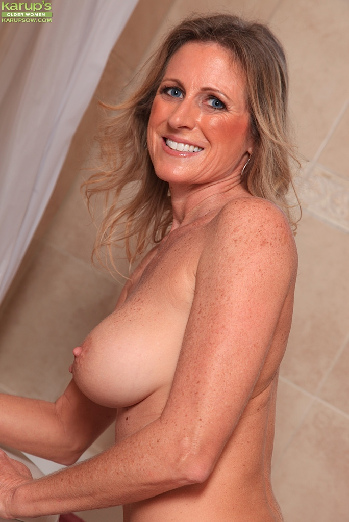 Milf fingering in shower