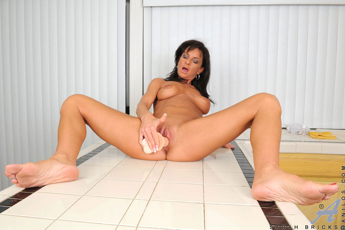 Milf masturbateswith feet up