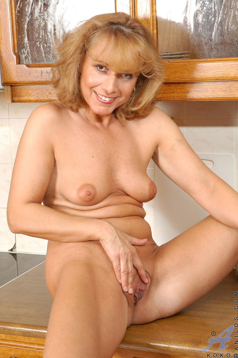Hot Mature Housewife Decides To Get A Bit Kinky And Play -4743