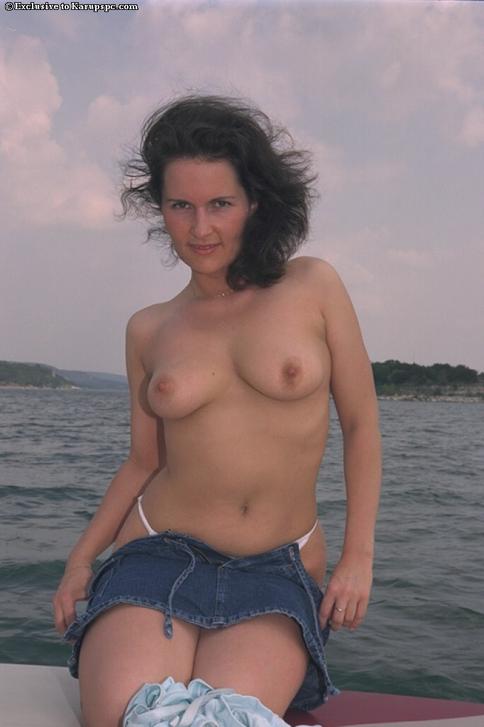 Cute And Sexy Amateur Wife Gets Naked On A Boat And Shows -5024